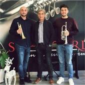 🎺 Hemos tenido visita de los Fons, una familia de trompetistas profesionales que han venido a elegir entre dos trompetas de cilindros modelo Berlin Heavy plateada. ¡Ellos ya lo tienen claro! ¿Y tú? . . #trompeta #trumpet #trompetistas #schagerltrumpet #welovetrumpet #neomusica